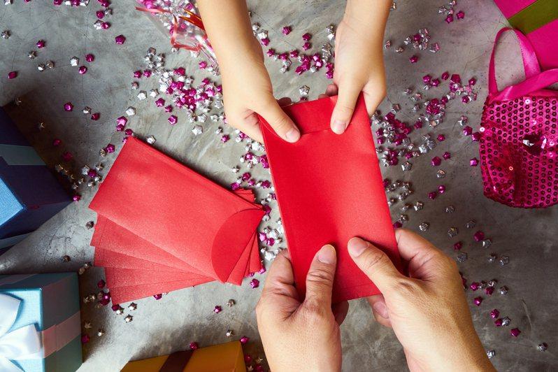 一名網友回家拿著準備好的紅包給媽媽,沒想到對方拿到後竟馬上變臉,認為金額跟去年一樣沒有進步,且平時也沒跟原po拿錢「相當小氣」,令她相當無奈。圖/ingimage