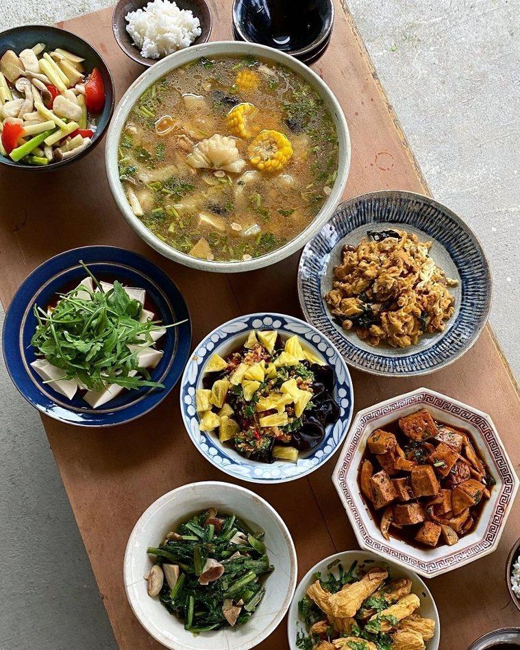 家常用餐有時原本只是想簡單弄個2、3樣菜,不小心靈感大爆發備了美味一桌。 圖/取...