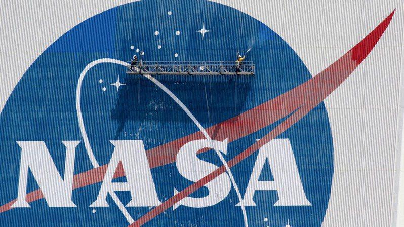 美國太空總署(NASA)19日宣布,火星無人探測船上的微型直升機「機智號」試飛成功。