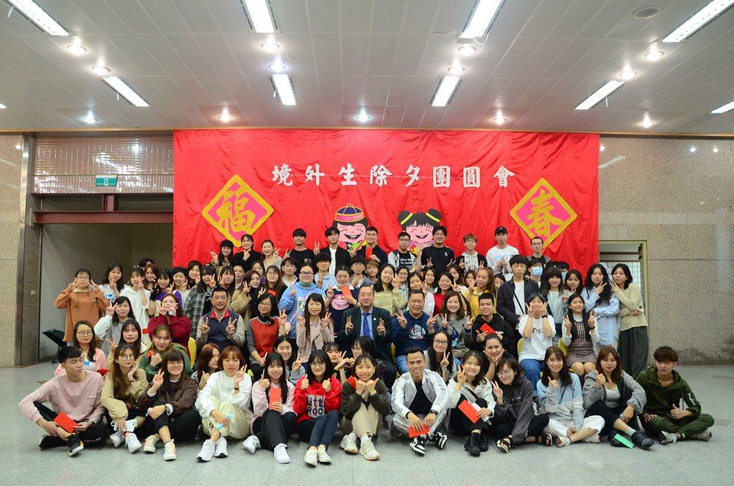 致理科技大學在除夕傍晚準備了豐盛的團圓飯,讓這群海外遊子們感受臺灣濃濃的人情味。...