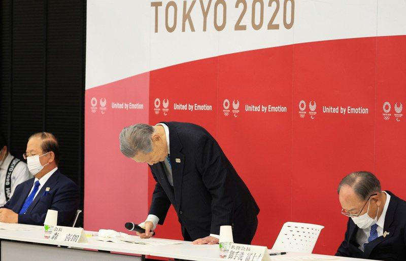 森喜朗(中)因日前發表被控性別歧視的言論,於今(12日)宣布請辭日本東京奧運暨帕運組織委員會主席。路透社