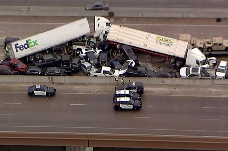 美国35号州际公路位于德州沃斯堡以北路段11日发生133辆汽车连环追撞的大车祸,至少6人死亡、36人被送往医院。路透/NBC5(photo:UDN)