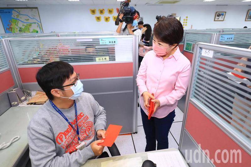 台中市長盧秀燕今大年初一到1999話務中心感謝工作人員,送紅包。記者陳秋雲/攝影