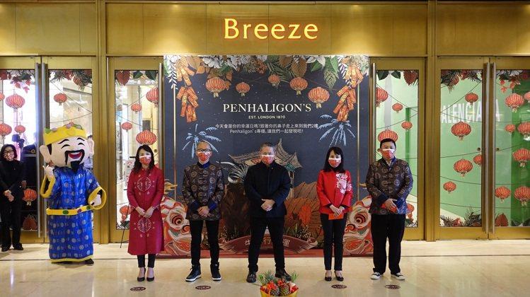 微風董事長廖鎮漢(中)率主管初一與民眾一起迎春。圖/微風提供
