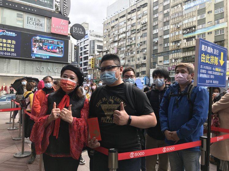 SOGO董事長黃晴雯(左)與連續排15年SOGO福袋的民眾合影。記者江佩君/攝影