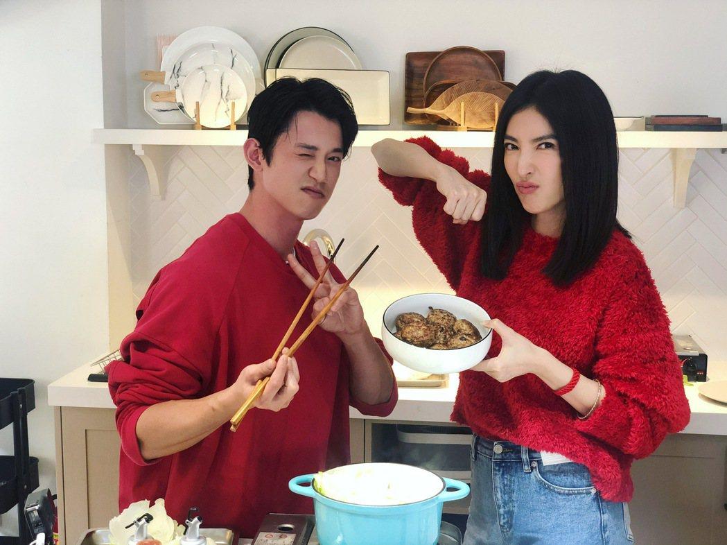 吳慷仁(左)上了節目後,才知道楊謹華的廚藝令人吃驚。圖/M.I.E.最大國際娛樂...