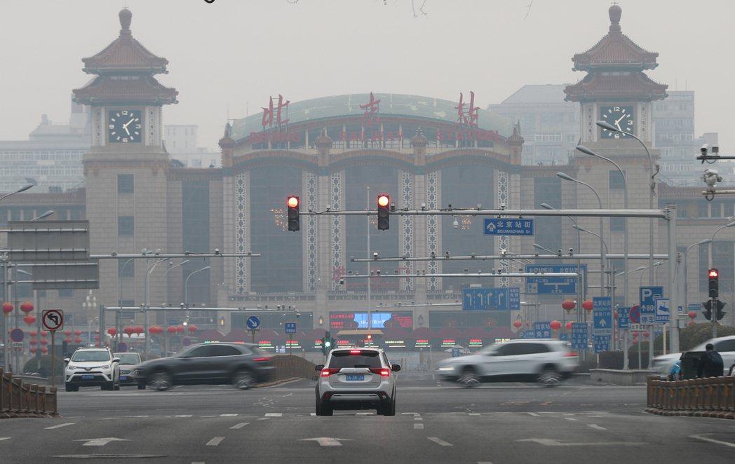 北京12日出現重度汙染天氣,北京站被霧霾籠罩。(中新社)