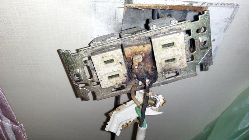 原PO表示,老家插座年代久遠,插座與插頭的塑膠皆已燒融,黏在一起難以分開。 圖/翻攝自爆廢公社公開版