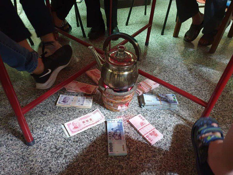 網友貼出自家的圍爐照,只見團圓桌下放了火爐、水壺以及一疊一疊的新鈔、舊紙鈔,引發討論。圖/取自《爆廢1公社》