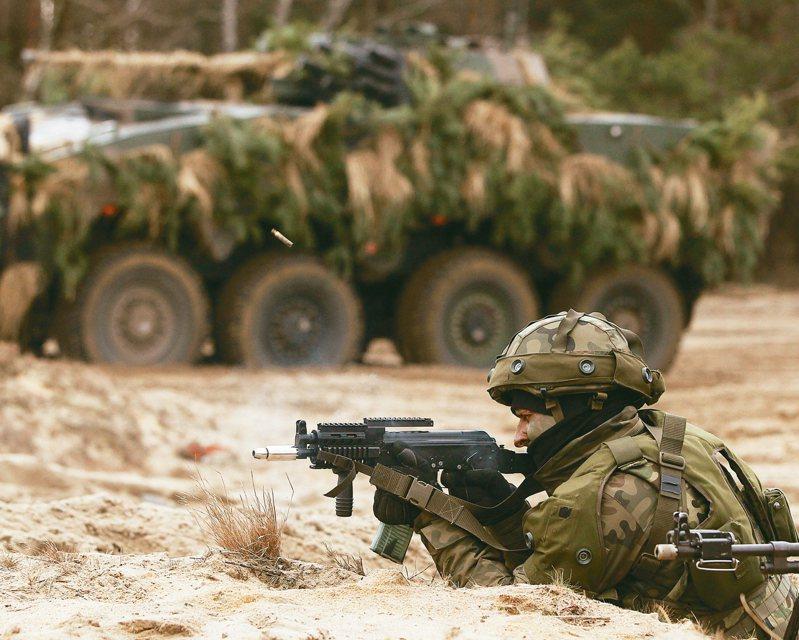 根据外媒报导,波兰一场军事演习由总统杜达压阵督导,尽管军队精锐尽出,结果却在五天内损失80%一线部队,首都华沙也遭陷落。示意图。美联社(photo:UDN)