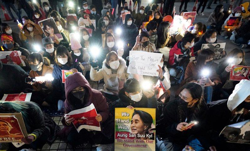 缅甸军方本月1日发动政变,推翻民选政府,拘捕实质领导人翁山苏姬,事后缅甸多数地区陷入动盪。图为缅甸仰光的示威者高举翁山苏姬的看板要求军方放人。 欧新社(photo:UDN)