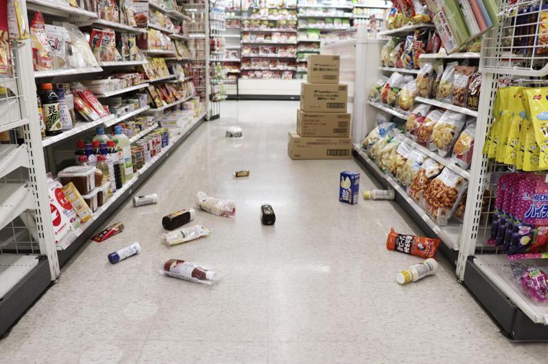 日本福島東部海域13日發生7.1級地震,仙台市一間商店中的商品受地震影響掉落。  新華社