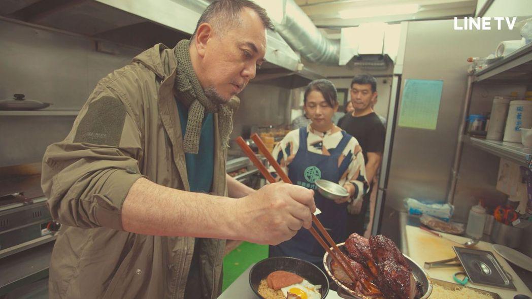 黃秋生廚藝越來越上手。圖/LINE TV提供