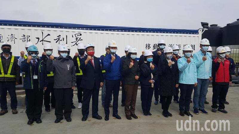 總統蔡英文(左五)上午視察新竹緊急海淡機組設置及產水情形,慰勉工作人員。記者胡蓬生/攝影