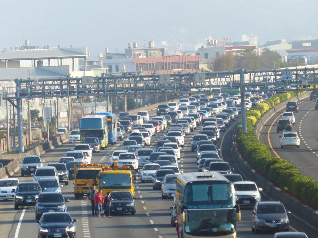 國1彰化系統交流道到彰化交流道路段,今天一大早就湧現車流,甚至還出現擦撞事故,造...