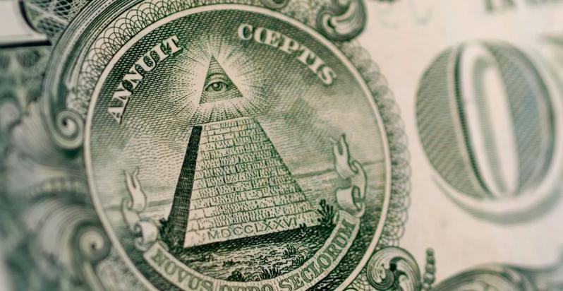 如果你拿過1元美鈔,翻到背面就會看到天命之眼:一隻被散發光芒的三角形包圍的大眼睛。圖/BBC/Alamy
