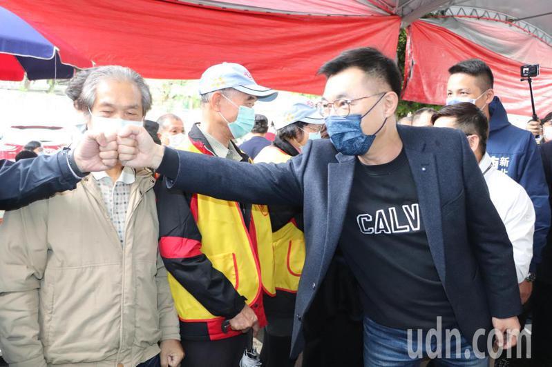 國民黨主席江啟臣(右)今至新北市新店區太平宮參拜。記者吳亮賢/攝影