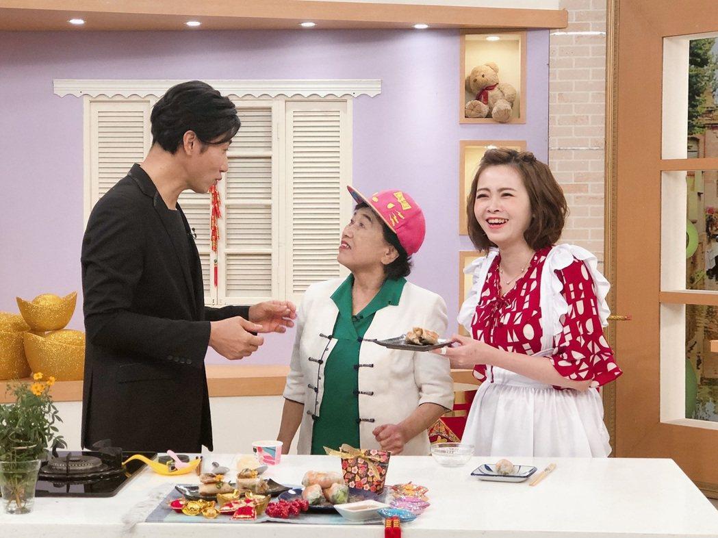 陳鴻媽媽在節目中吃兒子做的春捲。圖/民視提供