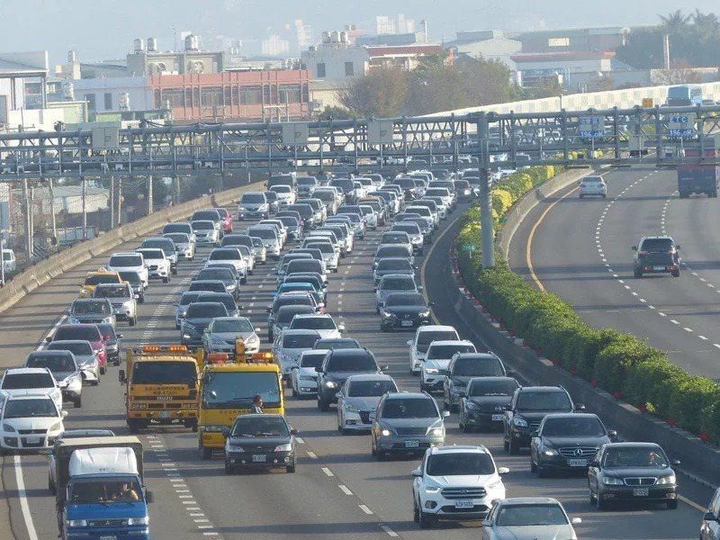 高公局指出,初三將是國道雙向加起來車流量最大的一天。記者劉明岩/攝影