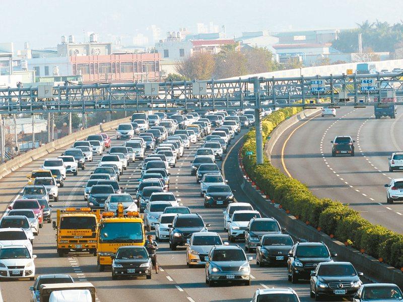 昨天大年初二回娘家,國道一號中山高速公路彰化段,一大早就湧現車流。高公局指出,初三將是國道雙向加起來車流量最大的一天。 記者劉明岩/攝影