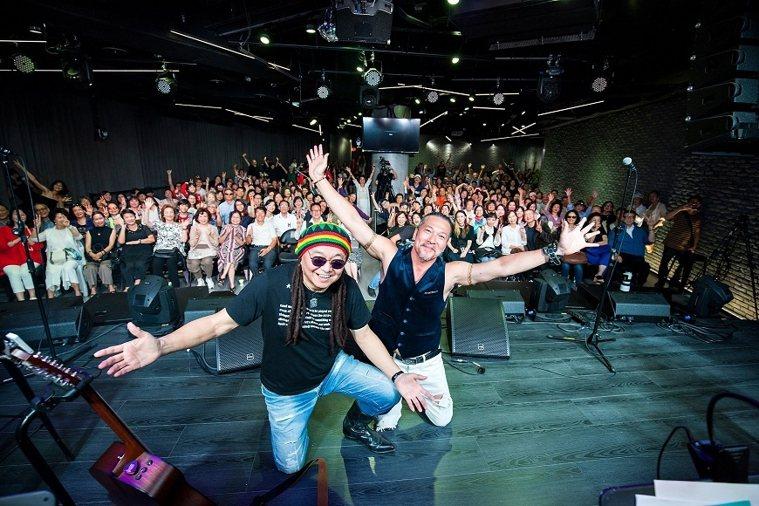 因為熱愛音樂,陶爸(左)不只曾主持廣播、電視音樂節目,2019年還和好友黃仲崑合...