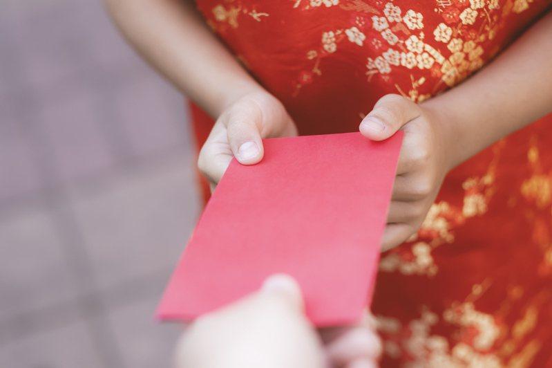 一名網友和女友吵架,女友抱怨原po,包給自己父母的紅包竟是單數5000元,既不細心又不體貼,令原po氣得決定放生女友。圖/ingimage