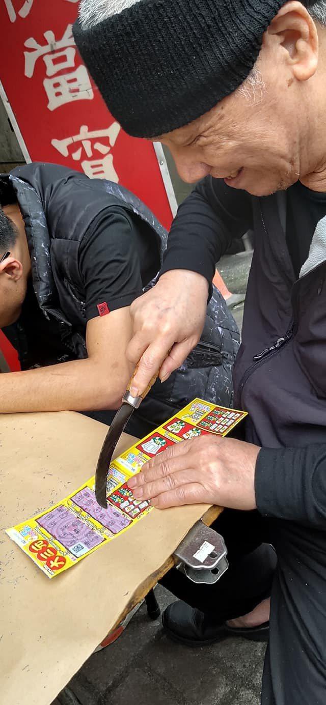 老伯伯自備刮刮樂器具至彩券行玩刮刮樂。圖/翻攝自臉書社團「爆廢1公社」