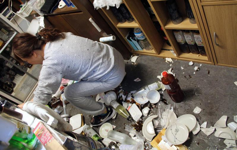 日本福岛县外海昨晚发生规模7.3强震,福岛县和宫城县观测到6强震度,许多人家中物品都因剧烈摇晃散落一地。 美联社(photo:UDN)