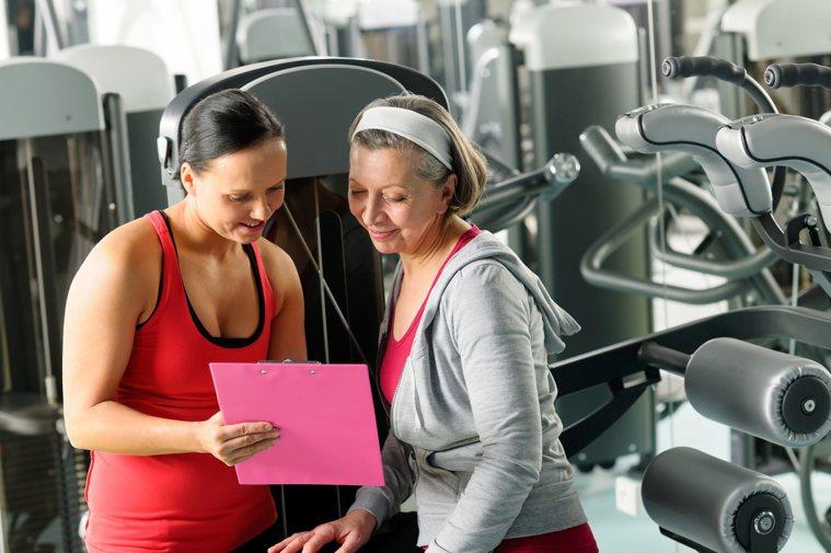 卓彥廷指出,適當運動、重訓,能有效改善身體病痛,他在門診時常給予病患「運動處方」...