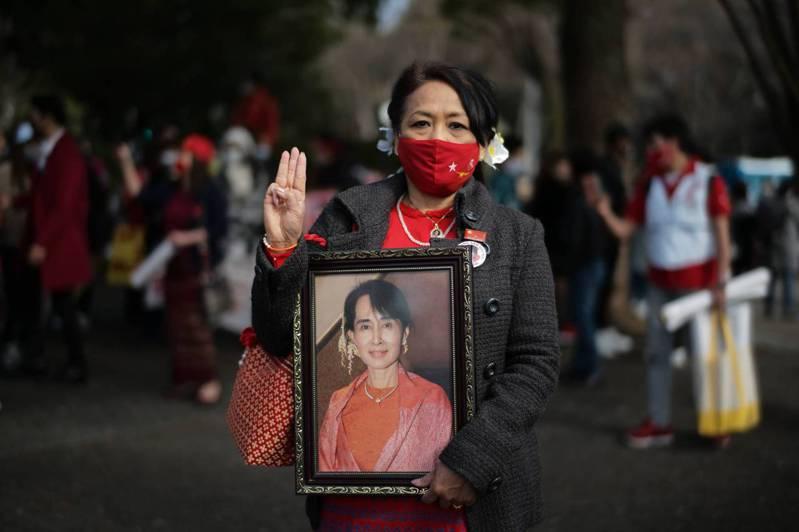 数千名示威者今(14)日在东京市中心游行,抗议缅甸军方政变,许多人拿着遭到拘捕实质领导人翁山苏姬的照片。 图/翻摄自The Japan Times(photo:UDN)