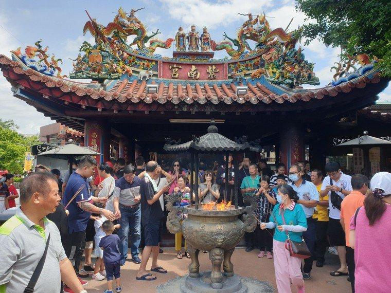 大年初三可就近去住家附近或常去廟宇跟神明拜年招好運。圖/本報資料照