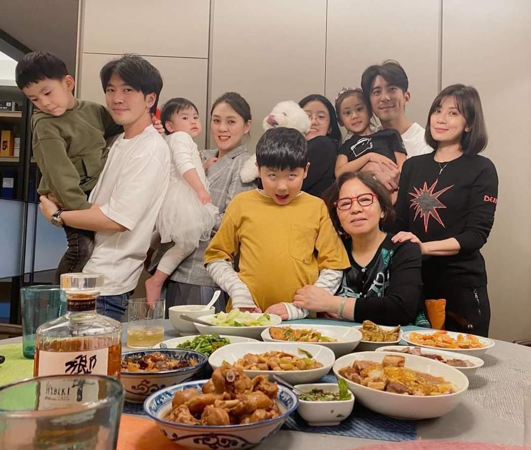 賈靜雯(右)初二回娘家,曝光家族大合照。圖/摘自臉書
