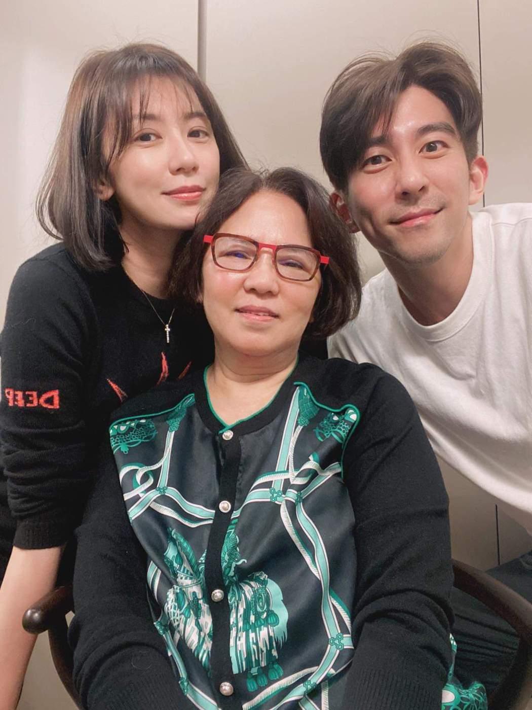 賈靜雯(左)初二帶老公修杰楷(右)回娘家。圖/摘自臉書