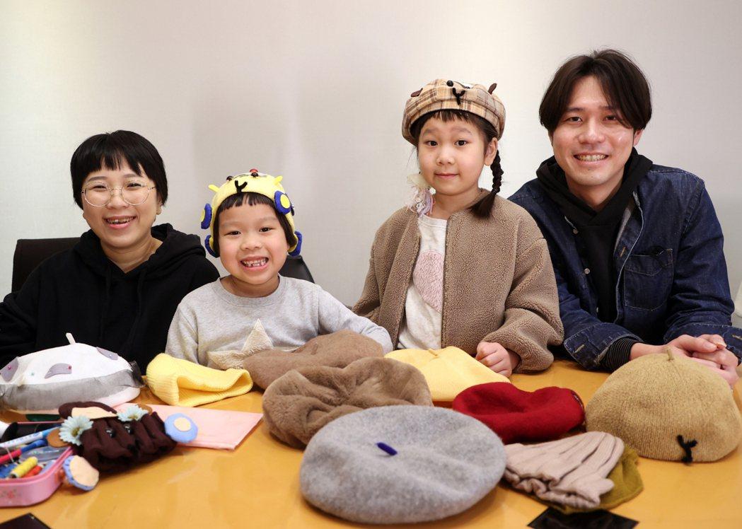 人氣萌娃胖球(右2)與斯拉(左2)與爸爸媽媽教學在家就可DIY「天竺鼠車車帽」。