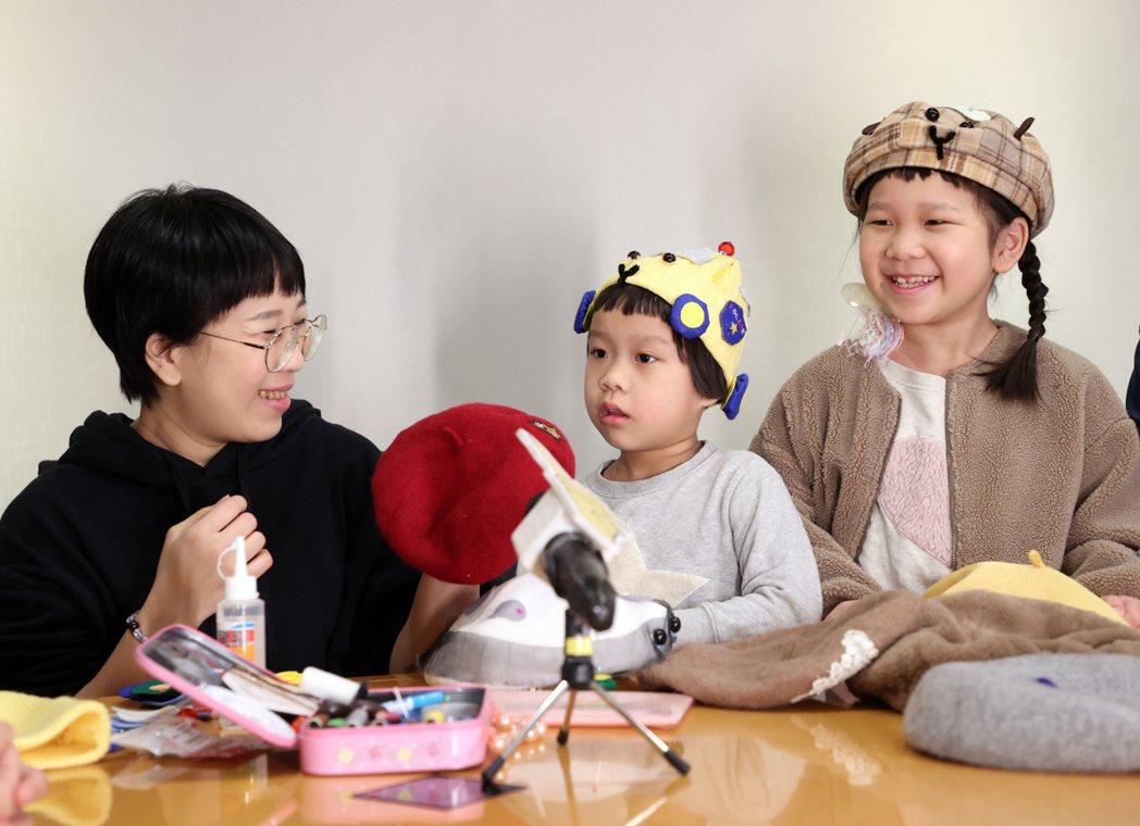 人氣萌娃胖球(右2)與斯拉(左2)與爸媽教學在家就可DIY「天竺鼠車車帽」,斯拉...
