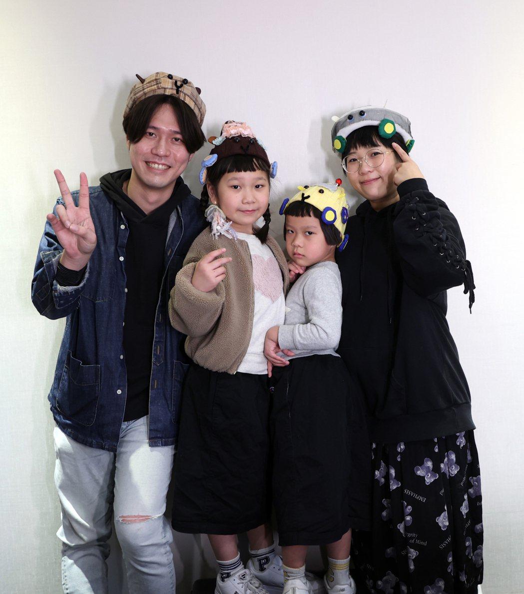 人氣萌娃胖球(左2)與斯拉(右2)與爸爸媽媽教學在家就可DIY「天竺鼠車車帽」。...