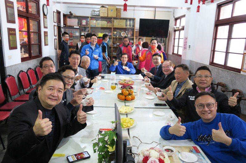 馬英九等人坐下茶敘約8分鐘。圖/國民黨提供