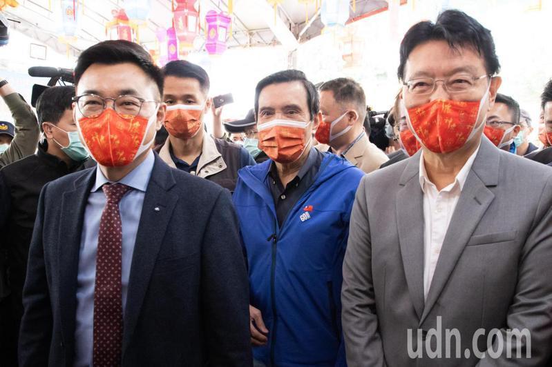 今天是大年初三,前總統馬英九(中)今與國民黨主席江啟臣(左)以及中廣董事長趙少康(右)等人至先嗇宮參香,展現出國民黨大團結的氣氛。記者季相儒/攝影