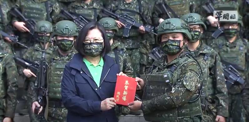視導關渡指揮部機步1營1連,蔡英文換迷彩口罩應景。圖/擷取自軍聞社影片