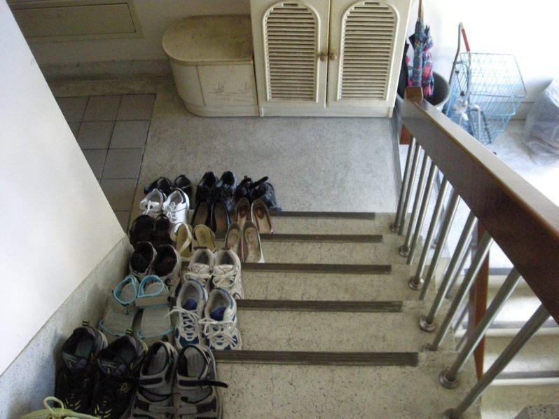 民眾若在防火巷弄、室內樓梯間及共同走廊擺放雜物,恐遭罰6萬至20萬。圖/北市建管處提供