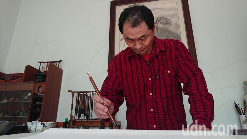 彰化縣溪湖鎮素人水墨畫家周志銘在個人畫室作畫。記者簡慧珍/攝影