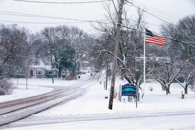 北极寒流正「纵扫」全美,不仅撼动美国能源市场,也可能冲击美国能源与农产品生产。图为纽泽西州Island Heights遭大雪覆盖。(路透)(photo:UDN)