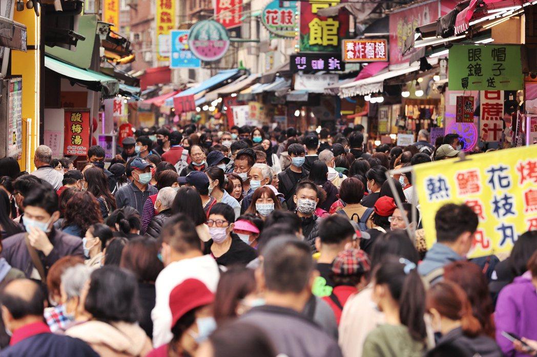 淡水老街人潮眾多。記者曾原信/攝影