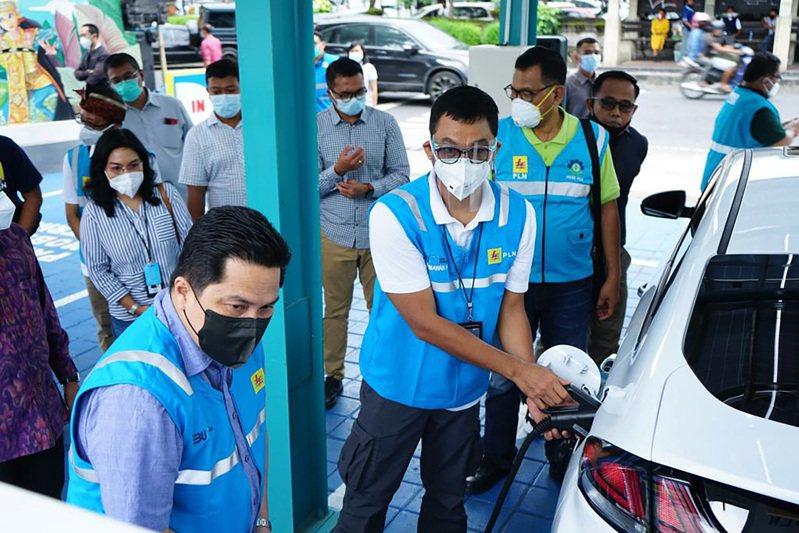 印尼國營事業部部長索赫(左1)1月2日在峇里島視察電動車充電站設施,他表示,將積極與電動車大廠特斯拉洽談合作,推動印尼電動車產業。圖/印尼國營事業部提供