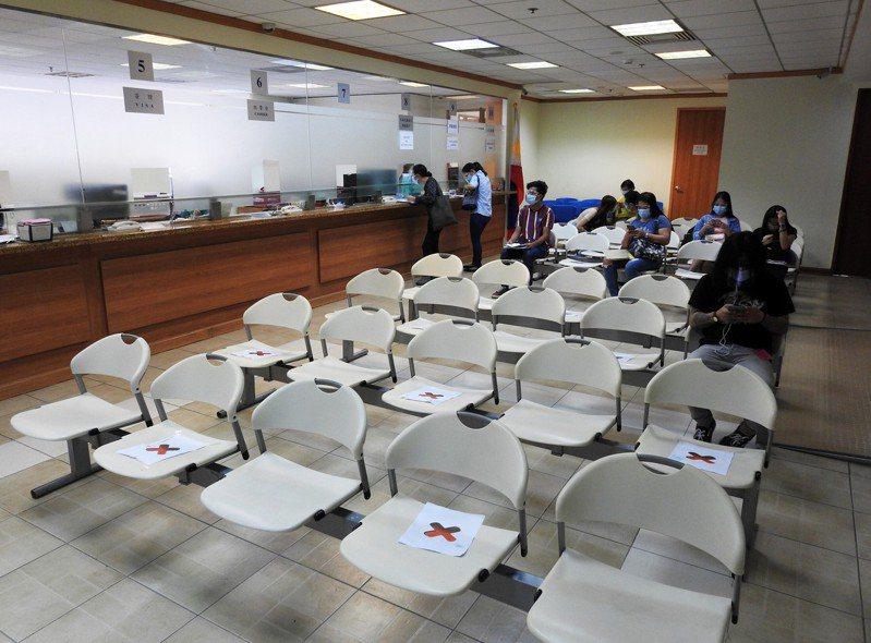 菲律宾央行15日表示,2020年海外菲律宾人汇回金额下滑,但幅度低于预期,来自美国、台湾等地的汇款总额还有所成长。图为中华民国驻菲代表处签证柜台,摄于1月8日。中央社(photo:UDN)