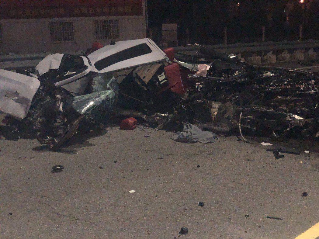 彰化和美鎮嘉卿路一段與厚北路口深夜發生自撞車禍,車輛撞爛如廢鐵。圖/讀者提供