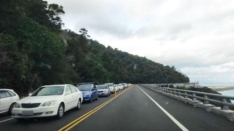 南迴公路台東往屏東方向偶爾出現車潮,車輛動彈不得。記者施鴻基/攝影