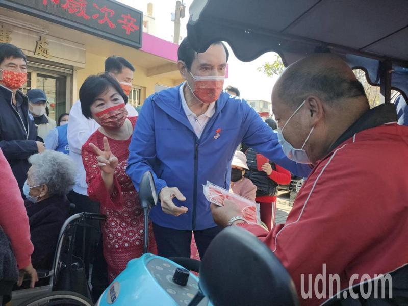 前總統馬英九今天年初四上午到台中市后里區鎮安宮參香、祈福,同時送口罩和紅包給民眾,在兩地都吸引許多民眾前往。記者黃寅/攝影