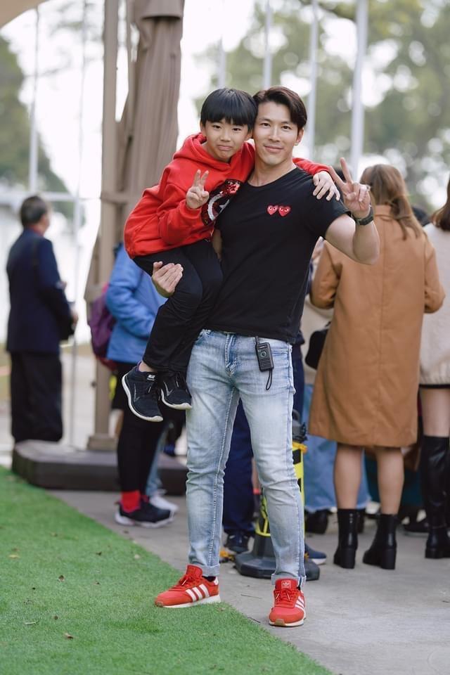 黃少祺臂力驚人,一手就抱起小孩。圖/摘自臉書