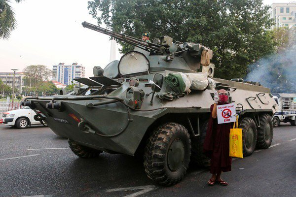 緬甸軍方2月1日發動政變引發民眾群起抗議,大規模示威邁入第10天,軍方14日首度在仰光等各大城市佈署裝甲車,更第三度切斷全國網路。美聯社